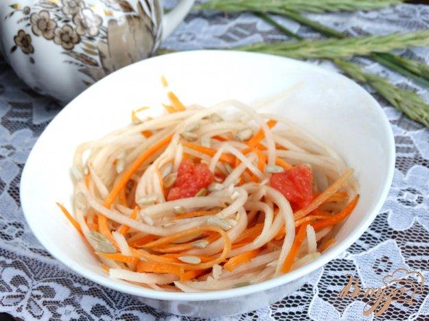 фото рецепта: Салат с дайконом и грейпфрутом