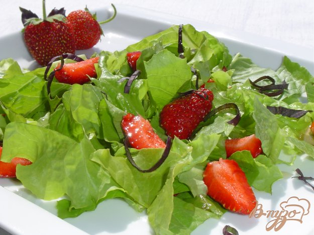 фото рецепта: Салат с клубникой, базиликом и листьями салата