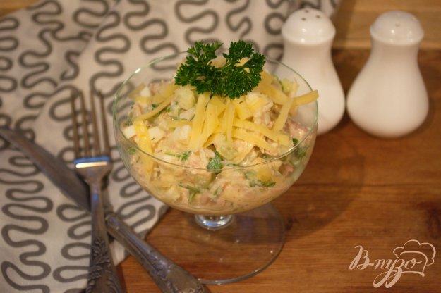 фото рецепта: Рыбный салат с яйцом, рисом и огурцом
