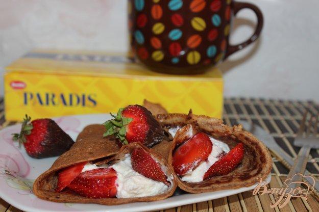 фото рецепта: Шоколадные блины с творожно-ванильным  кремом
