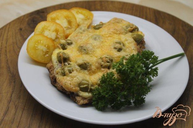 фото рецепта: Свиная отбивная с оливками под сыром