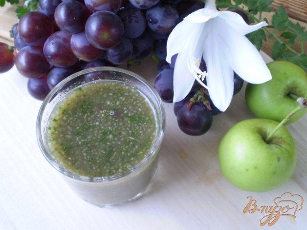 фото рецепта: Коктейль с зеленью, виноградом и яблоками