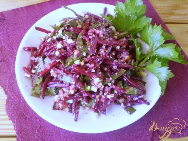 фото рецепта: Свекольный салат с медом и ботвой