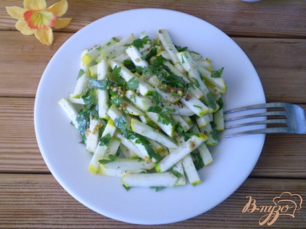 фото рецепта: Сырой кабачковый салат