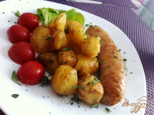 фото рецепта: Куриные колбаски с картофелем, запеченные в духовке