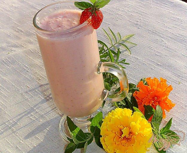 фото рецепта: Молочно-медовый коктейль с клубникой и сливой