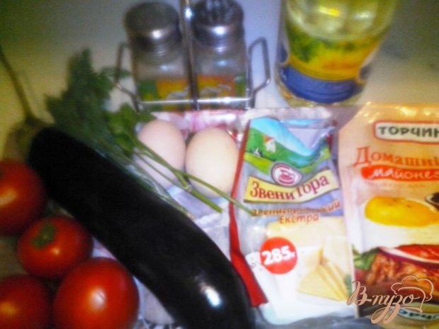Рецепт Салат из баклажанов с помидором, сыром и яйцами