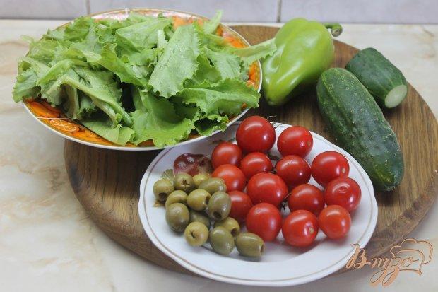 Рецепт Салат с помидорами черры и листьями салата заправлен соусом песто