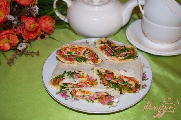 фото рецепта: Лавашики с корейской морковкой и салями