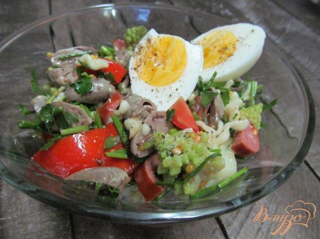 фото рецепта: Салат из куриных сердечек и капусты романеско