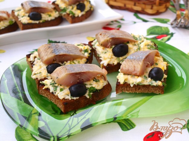фото рецепта: Гренки из чёрного хлеба с сельдью