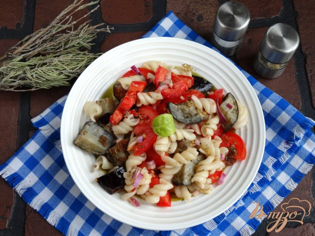 фото рецепта: Теплый салат с баклажанами и пастой