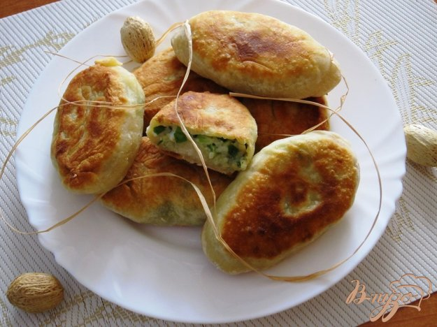 фото рецепта: Пирожки с яйцами и зеленым луком
