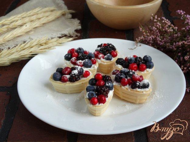 фото рецепта: Корзинки со сливочным сыром и ягодами