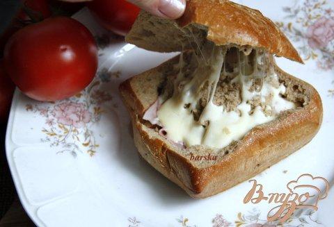 фото рецепта: Горячий завтрак в булочке за 2 минуты