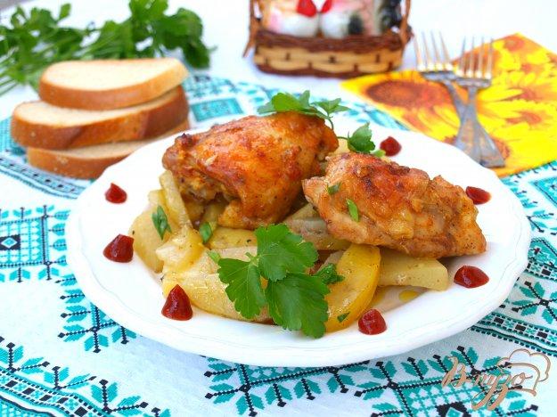 фото рецепта: Запечённые куриные бёдра с картошкой