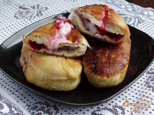 Смажені пиріжки з брусницею і сиром. Як приготувати з фото