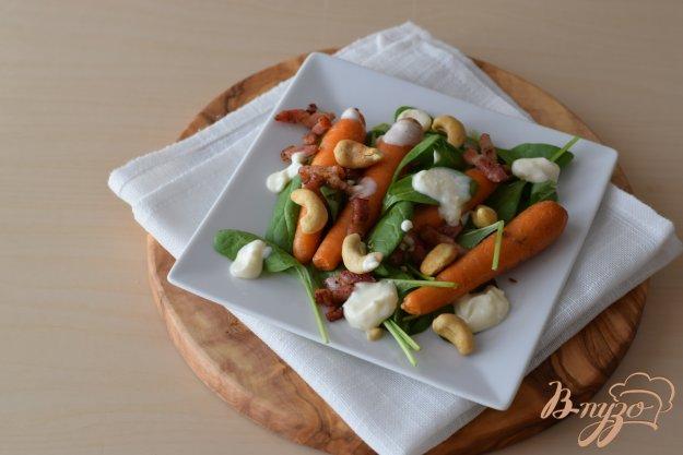 Гострий салат з морквою, кешью, беконом і шпинатом. Як приготувати з фото