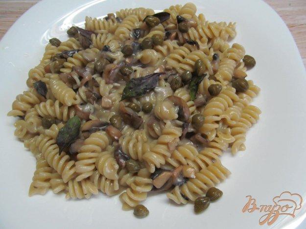 фото рецепта: Макароны с грибным соусом и каперсами
