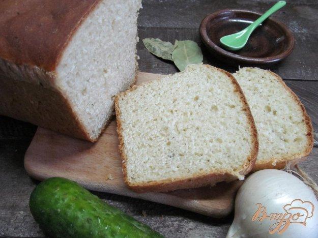 фото рецепта: Белый хлеб на сыворотке и огуречном соусе