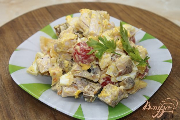 Салат с жареными грибами и копчёной курицей и