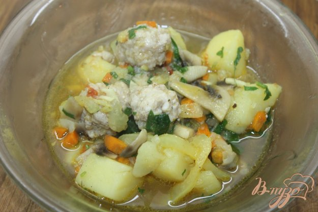 фото рецепта: Тушенный картофель с грибами и куриными фрикадельками