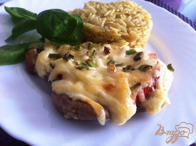 фото рецепта: Свинина из духовки с помидорами и сыром