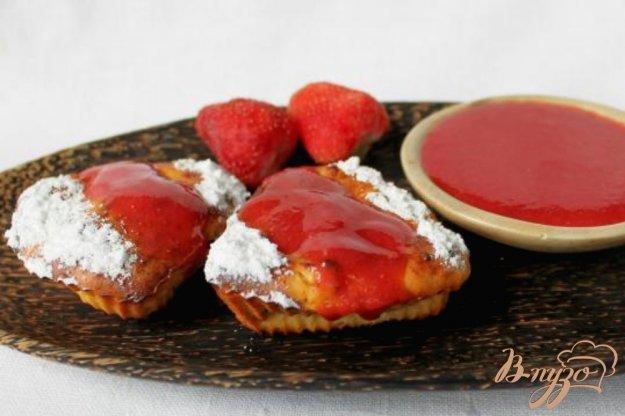 фото рецепта: Творожные кексы с изюмом, политые клубничным смузи