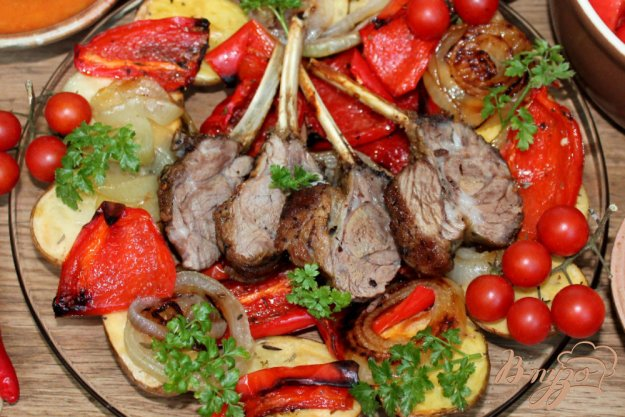 фото рецепта: Каре ягненка с картофелем и болгарским перцем