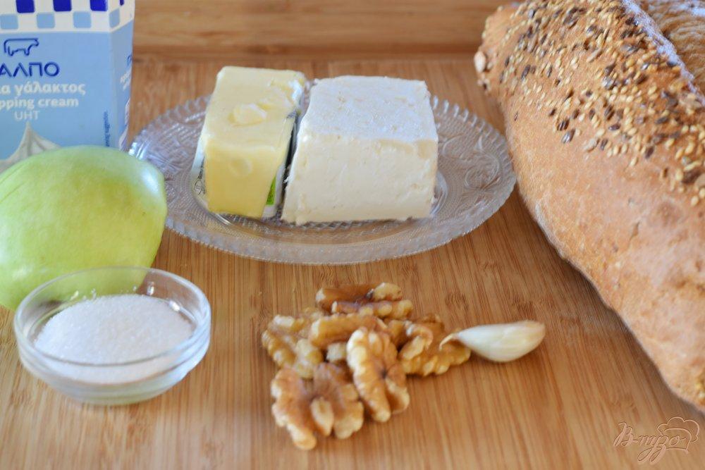 Рецепт Кростини с карамелизованным яблоком и пикантным спредом