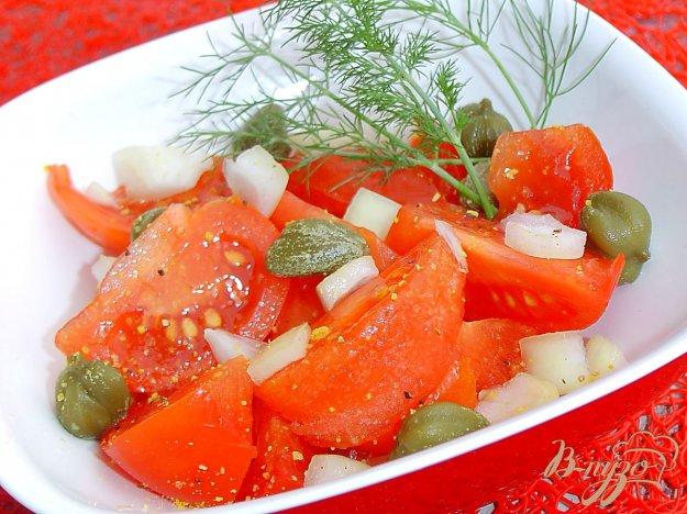 фото рецепта: Салат с помидорами, луком и каперсами