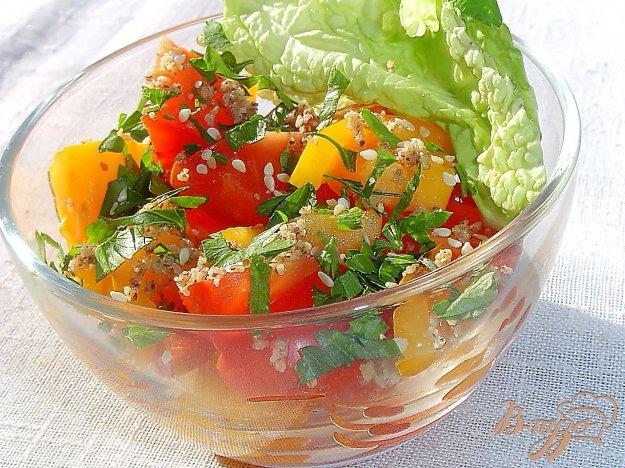 фото рецепта: Салат из помидоров с орехами и кунжутом
