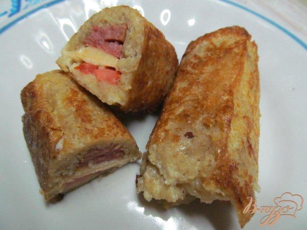 фото рецепта: Рулеты из хлеба с колбасой и сыром