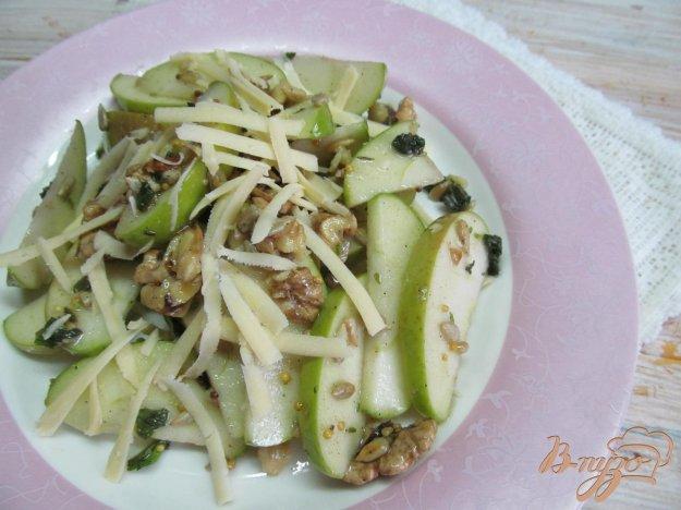 фото рецепта: Салат из яблок с орехами и сыром