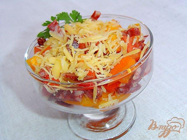 фото рецепта: Салат из помидоров, сыра и копченой колбасы