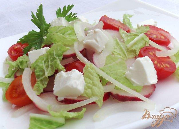 фото рецепта: Салат из помидоров, пекинской капусты, редиса и Феты