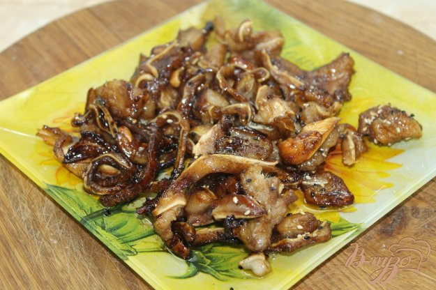 фото рецепта: Свиные ушки жаренные в соевом соусе с кунжутом
