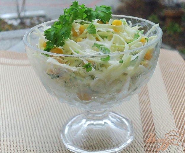 фото рецепта: Салат из белокачанной капусты с кукурузой и зеленью