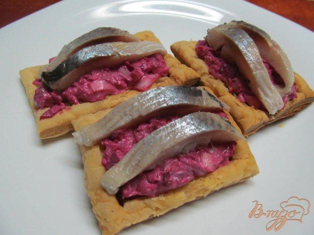 фото рецепта: Закуска из сельди на слоенном тесте