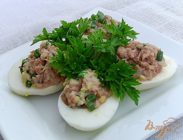 фото рецепта: Яйца,фаршированные тунцом и зеленым луком