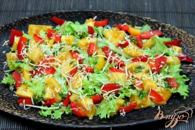 фото рецепта: Салат из желтых помидоров с болгарским перцем и сыром