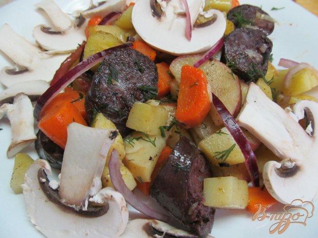 фото рецепта: Салат из овощей с яблоком и кровяной колбасой