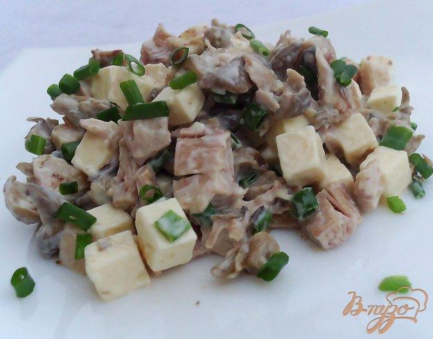 фото рецепта: Салат с курятиной, грибами,плавленным сыром и зеленым луком