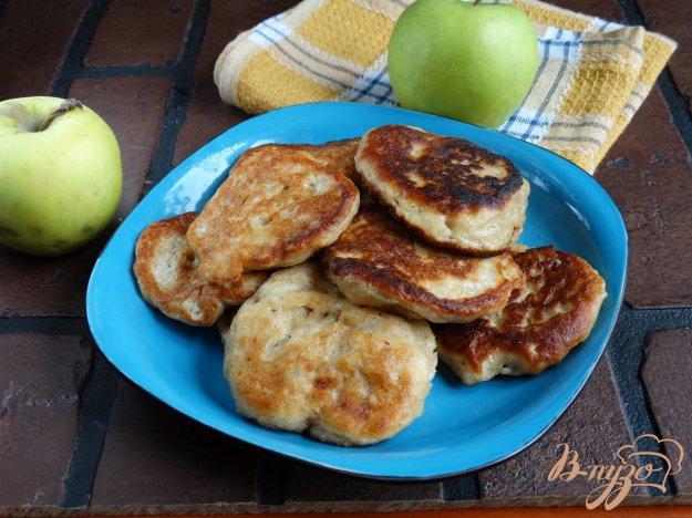 фото рецепта: Дрожжевые ржаные оладьи с яблоком