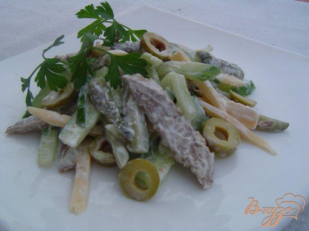 фото рецепта: Салат из телятины,сыра,огурцов и оливок