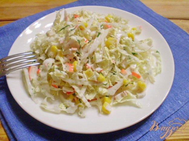 салат капуста с кукурузой и крабовыми палочками
