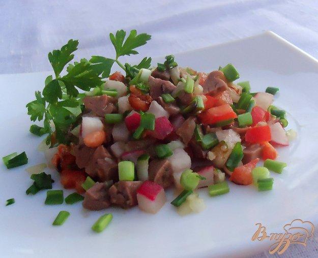 фото рецепта: Салат из печени трески, помидора, редиса с соевым соусом