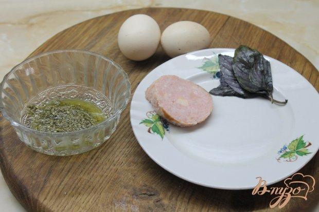 Рецепт Яичница глазунья с соусом песто базиликом и ветчиной