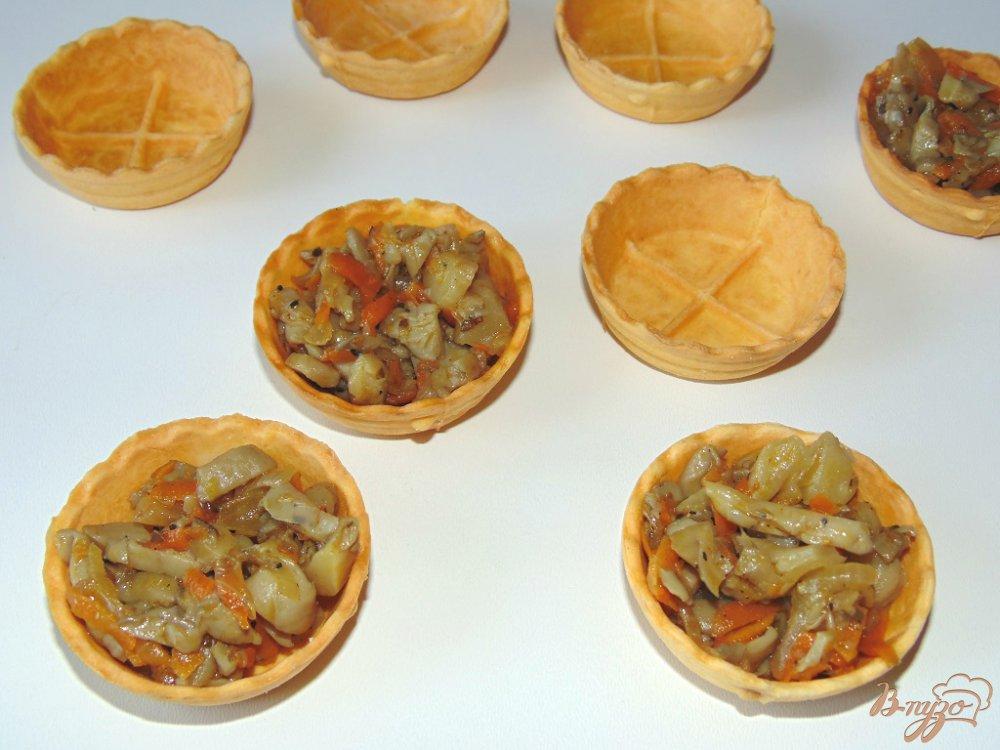 Фото приготовление рецепта: Тарталетки с вешенками под сыром шаг №7