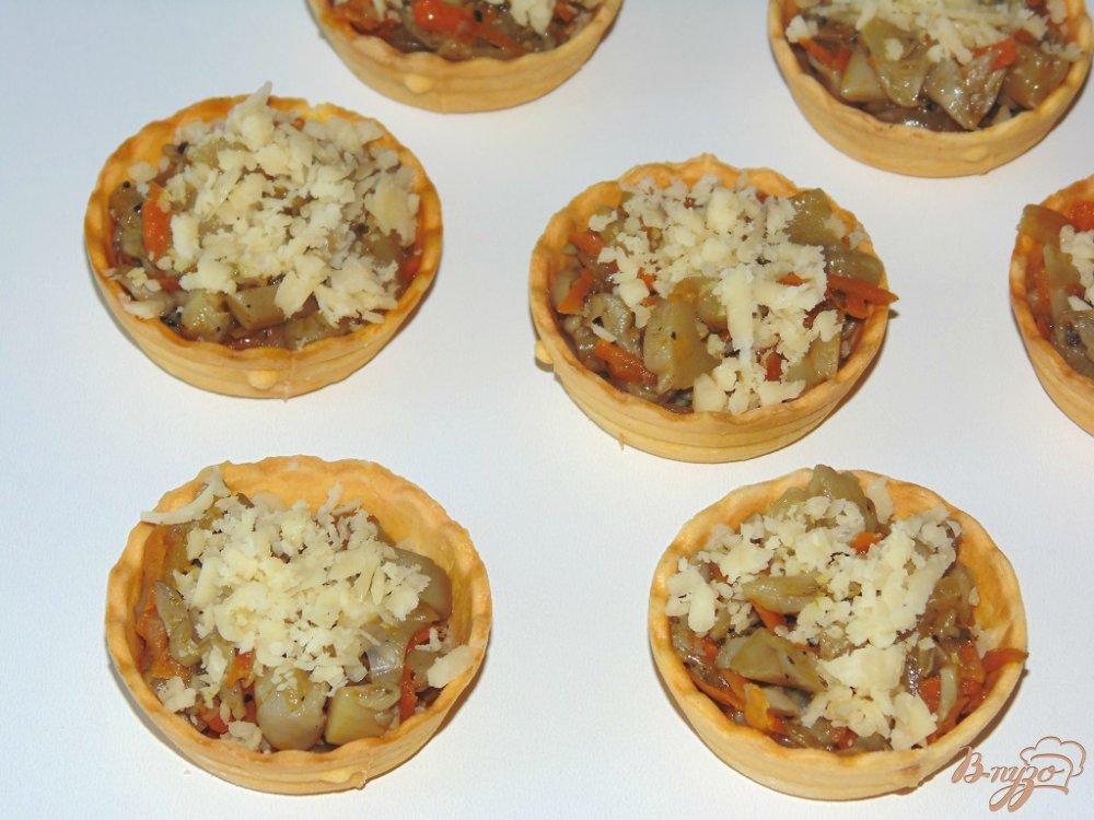 Фото приготовление рецепта: Тарталетки с вешенками под сыром шаг №8